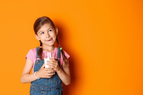 Nabiał – czy dzieci go potrzebują? Zdrowie, LIFESTYLE - Dietetycy podkreślają, że przetworów mlecznych nie może zabraknąć w diecie naszych pociech, ponieważ są one idealnym źródłem wapnia czy fosforu, niezbędnych do budowy kości, zębów i rozwoju młodego organizmu.